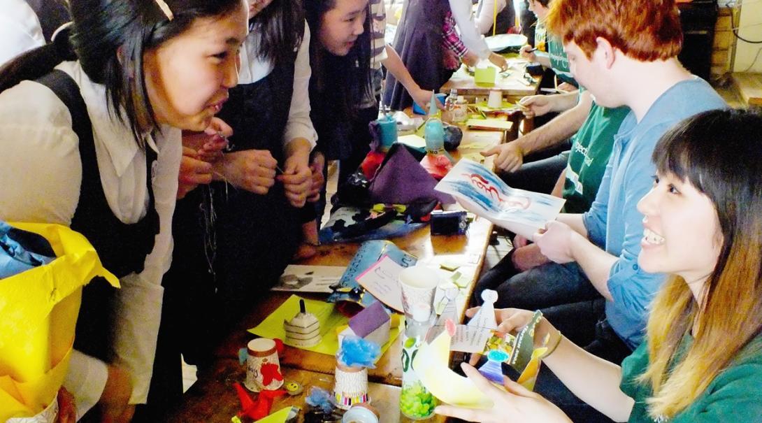 モンゴルの学生との交流を楽しむ日本人教育ボランティア
